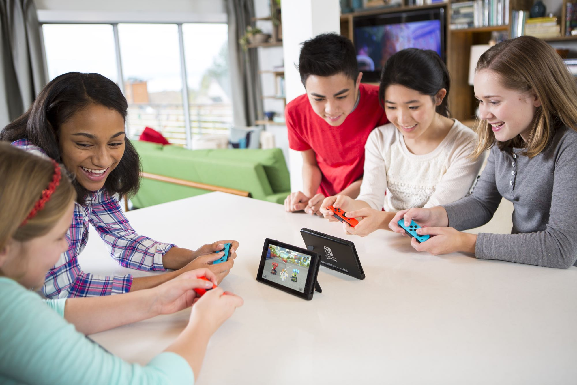 NintendoSwitch_MarioKart8Deluxe_lifestyle_01